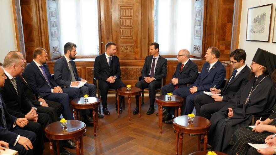 El presidente sirio, Bashar al-Asad (centro a la dcha.), se reúne con una delegación parlamentaria rusa, en Damasco, 17 de enero de 2019. (Foto: SANA)