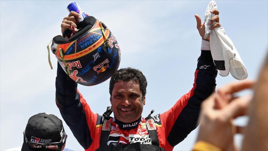 El piloto catarí de Toyota, Naser Al-Attiyah, celebra después de ganar el Rally Dakar 2019 en Perú, 17 de enero de 2019. (Foto: AFP)