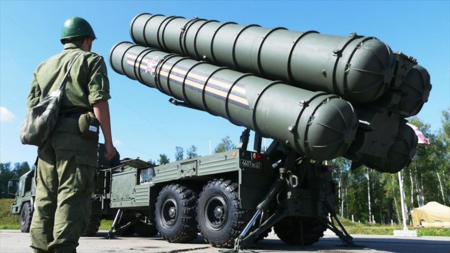 Soldados rusos preparan los vehículos de lanzamiento del sistema de defensa aérea S-400 Triumf, en Elektrostal, 13 de agosto de 2014.