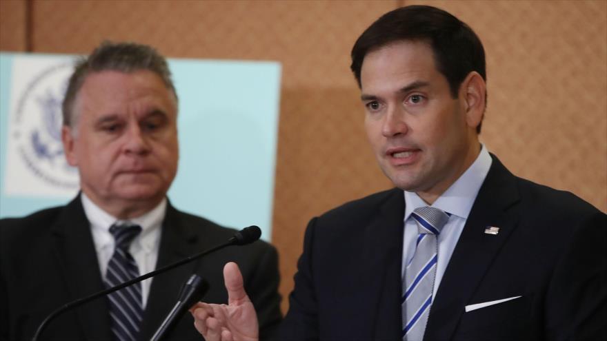 Senador estadounidense Marco Rubio (dcha.), en una rueda de prensa en Washington (capital), 10 de octubre de 2018. (Foto: AFP)