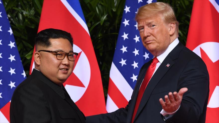 El líder norcoreano, Kim Jong-un, junto al presidente de EE.UU., Donald Trump, en su último encuentro en Singapur, 12 de junio de 2018. (Foto: AFP)