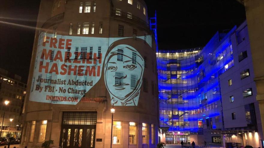 Activistas proyectan imagen de la periodista Hashemi en sede de BBC