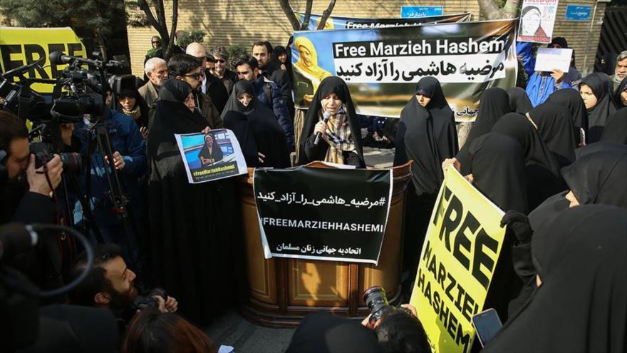 Iraníes protestan frente a la embajada suiza por el arresto de Hashemi