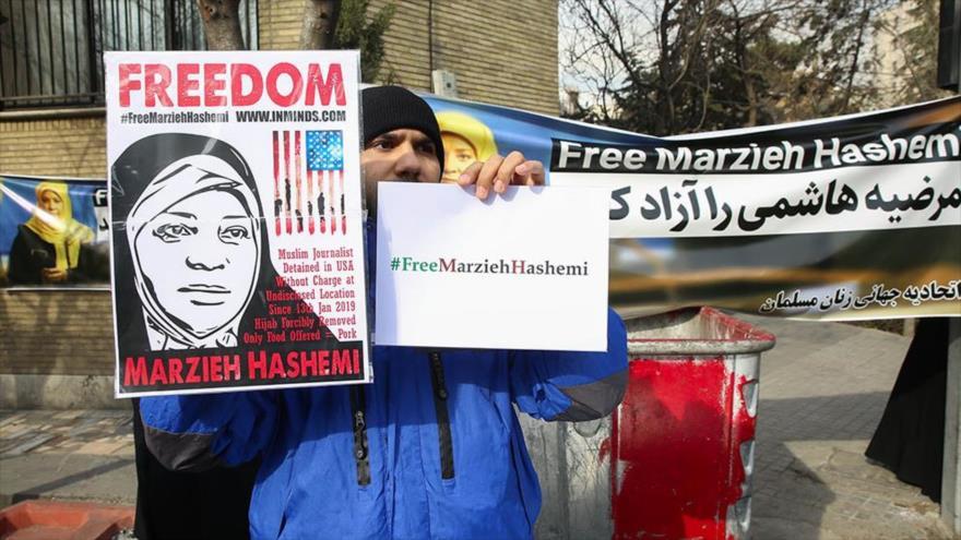 Un ciudadano iraní frente a la embajada de Suiza por la detención de la periodista de Press TV Marzie Hashemi, Teherán, 20 de enero de 2019.