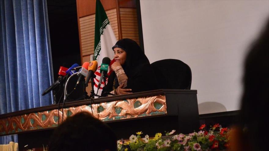 Marzie Hashemi, periodista de Press TV, detenida en EE.UU., en un acto público.