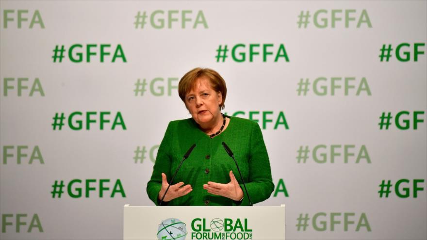 La canciller alemana, Angela Merkel, ofrece un discurso en un acto en Berlín, 18 de enero de 2019. (Foro: AFP)