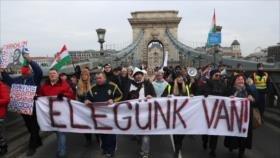 """Húngaros protestan contra reforma laboral tachada de """"esclavista"""""""