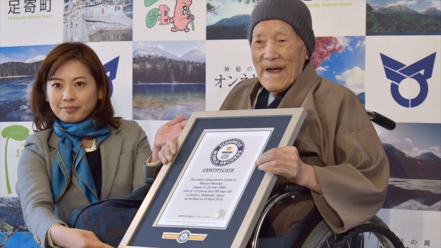 Masazo Nonaka, conocido como el hombre más viejo del mundo, recibe el certificado por su récord Guinness, 10 de abril de 2018. (Foto: AFP)