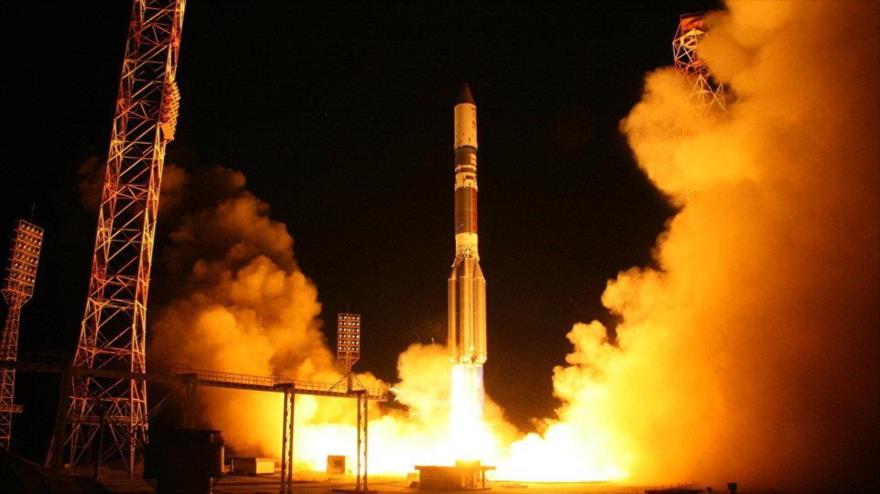 Cohete portador ruso Protón-M con un satélite Astra-2E a bordo.