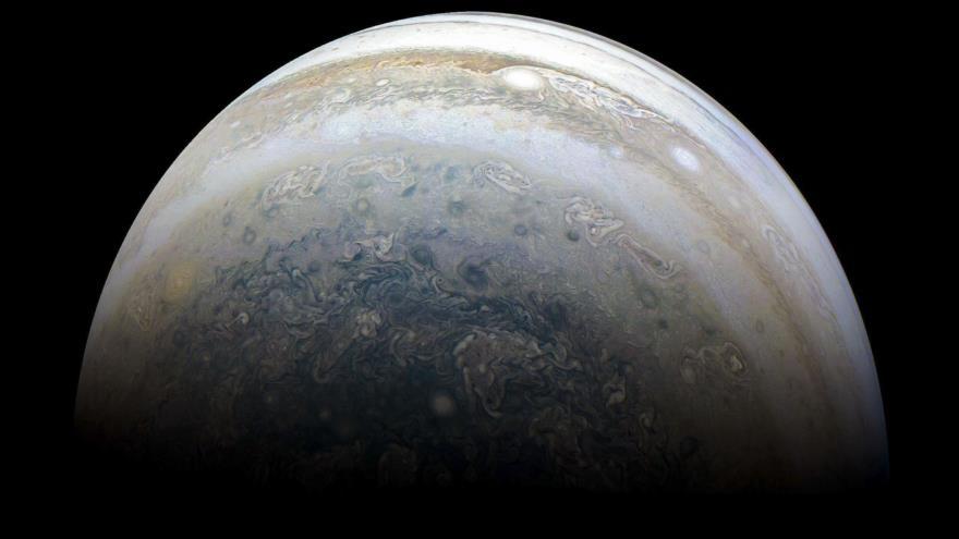 Foto del turbulento hemisferio sur de Júpiter capturada por la nave espacial Juno de la NASA, 2 de julio de 2018. (Foto: AFP)