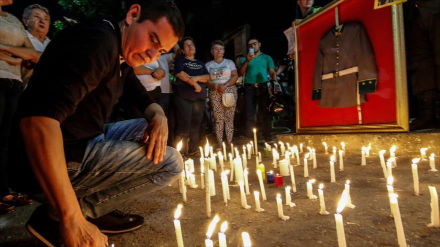 La gente coloca velas frente a la estación de policía atacada por la guerrilla ELN en la ciudad colombiana de Cucuta, 18 de enero de 2019. (Foto: AFP)