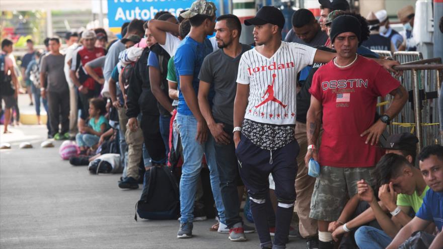 Centroamericanos que se dirigen a EE.UU. esperan que funcionarios mexicanos les entreguen su tarjeta, 21 de enero de 2019. (Foto: AFP)