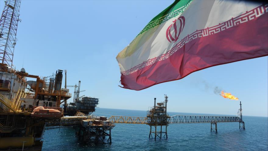 Una plataforma petrolera persa en el Golfo Pérsico, en el sur de Irán.