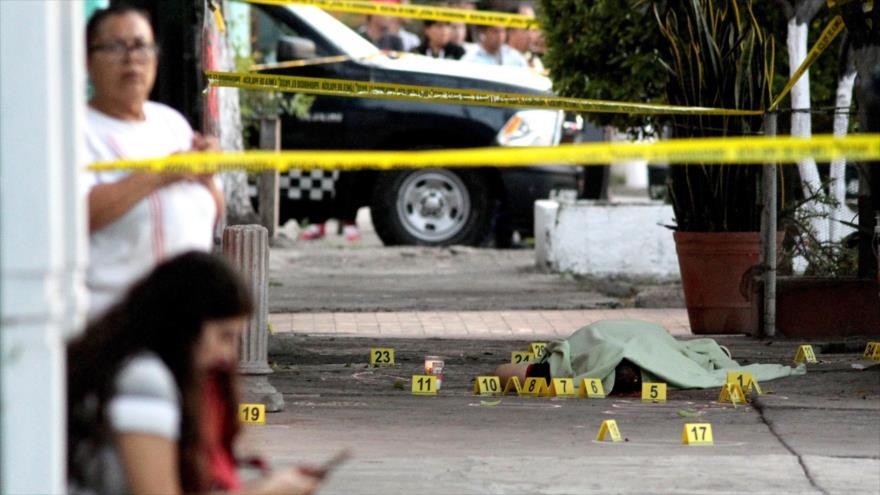 La Policía mexicana acordona una escena de homicidio en una calle en la ciudad de Guadalajara (oeste), 18 de enero de 2019. (Foto: AFP)