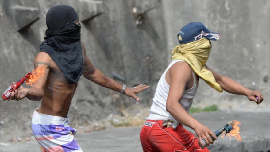 Violentas protestas en Caracas tras sublevación contra el Gobierno