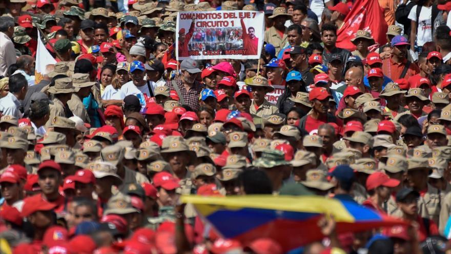 Los partidarios del presidente de Venezuela, Nicolás Maduro, marchan en Caracas (capital), 23 de enero de 2019. (Foto: AFP)