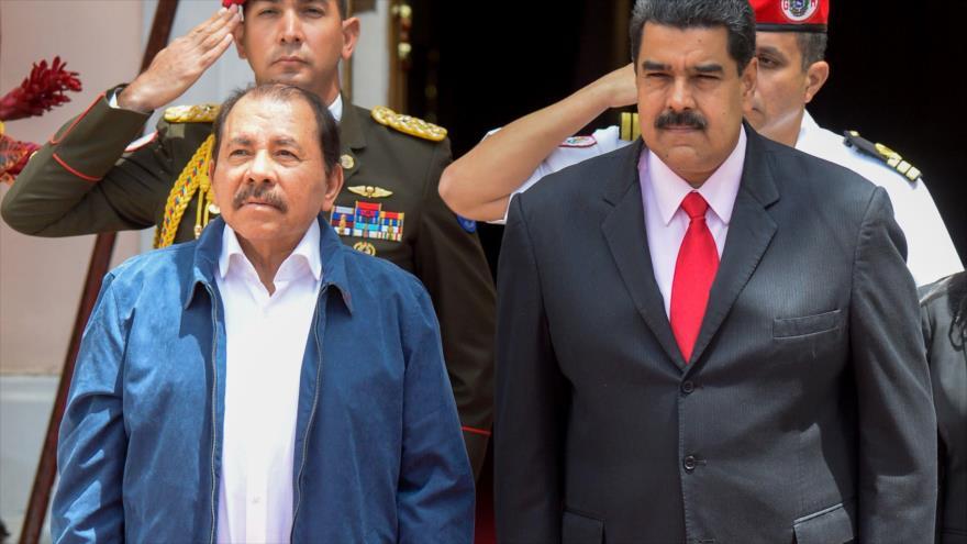El presidente de Nicaragua, Daniel Ortega, (izda.), y su homólogo venezolano, Nicolás Maduro, en una cumbre de la ALBA en Caracas, 5 de mayo de 2017.