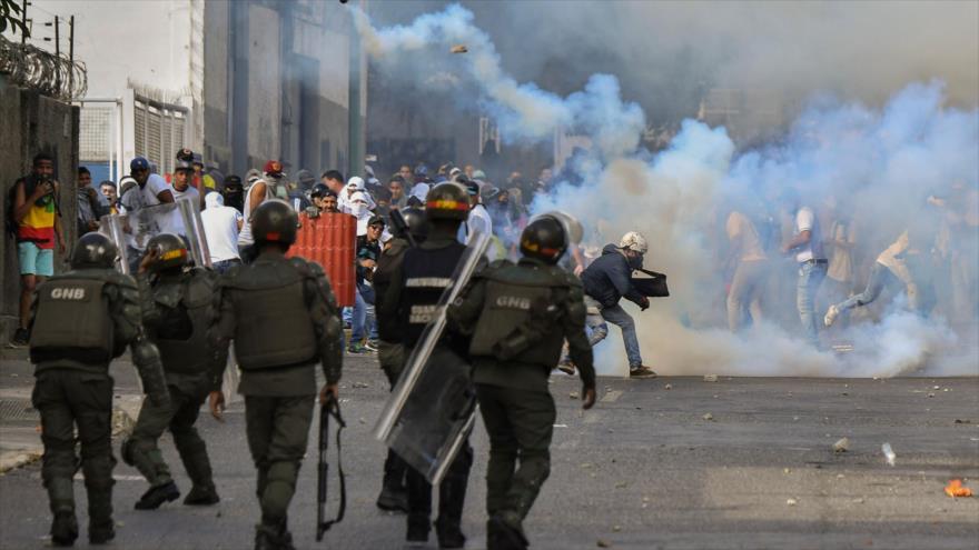Opositores chocan con las fuerzas de seguridad durante una protesta antigubernamental en Caracas, capital venezolana, 23 de enero de 2019. (Foto: AFP)