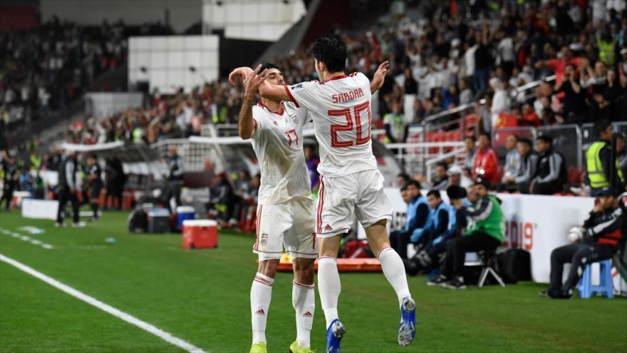 El delantero iraní Azmoun (dcha.) celebra su gol en el partido de los cuartos de final de la Copa Asiática entre Irán y China, 24 de enero de 2019, (Foto: AFP).