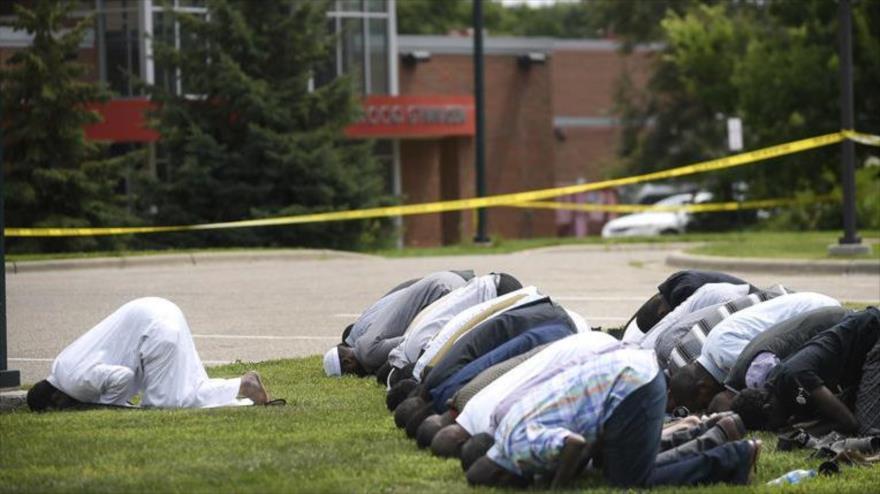 Musulmanes durante oraciones de la tarde fuera del centro islámico Dar al Farooq, norte de EE.UU., 5 de agosto de 2017. (Foto: AP)