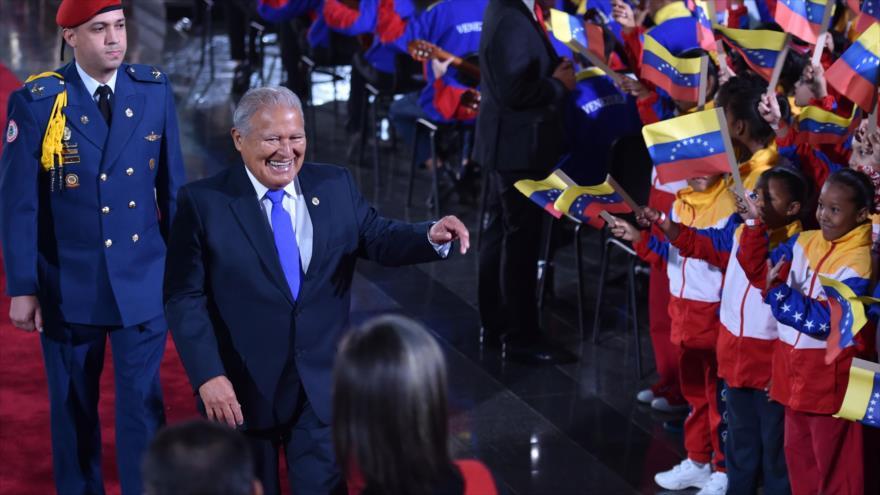 El presidente salvadoreño, Salvador Sánchez Cerén, llega a la investidura de su par venezolano, Nicolás Maduro, Caracas, 10 de enero de 2019.