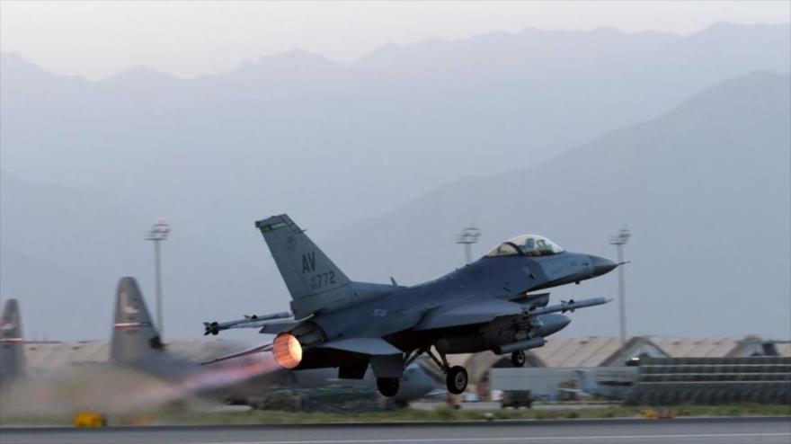 Un caza F16 de EEUU despega para lanzar una ofensiva en Afganistán.