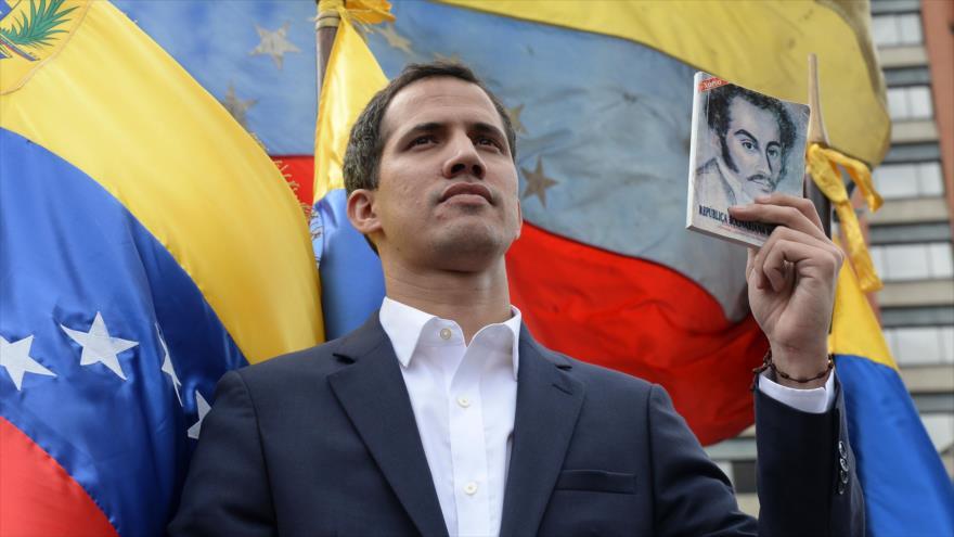 El jefe de la Asamblea Nacional (AN) de Venezuela, Juan Guaidó, se proclama presidente interino durante un mitin opositor en Caracas, 23 de enero de 2019. (Foto: AFP)