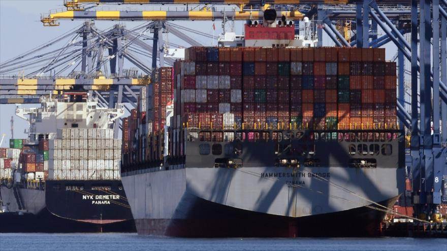 Buque llamado HAMMERSMITH BRIDGE descarga contenedores de envíos chinos en el Puerto de Long Beach, en el condado de Los Ángeles, EE.UU. (Foto: AFP)