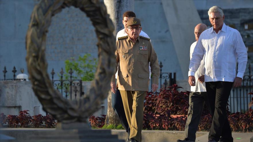 El presidente cubano, Miguel Díaz-Canel (dcha.), junto a Raúl Castro, en un acto en Santiago de Cuba, 2 de enero de 2019. (Foto: AFP)