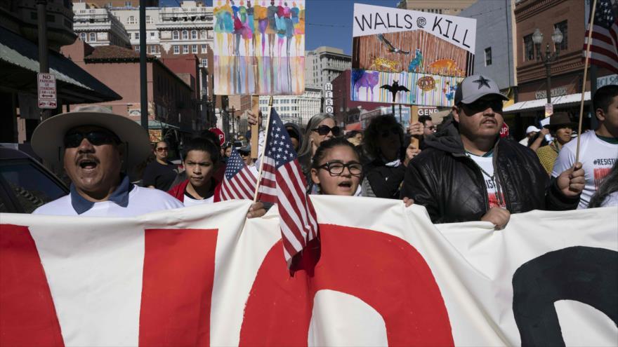 """Trump llama """"idiotas"""" a los oponentes de su muro en medio de protestas"""