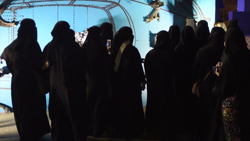 Mujeres saudíes caminan por Riad, la capital de Arabia Saudí, 21 de junio de 2018. (Foto: AFP)