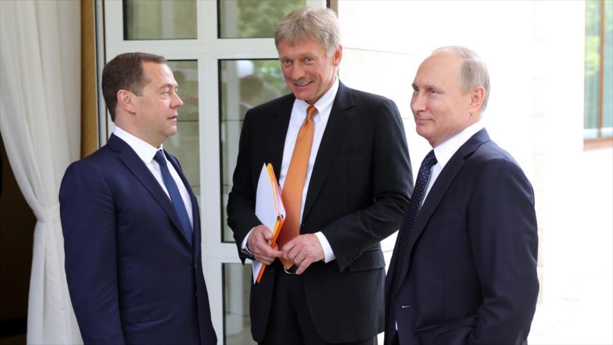 El presidente ruso, Vladimir Putin (dcha.), y el portavoz del Kremlin, Dmitri Peskov (centro), en la ciudad de Sochi, 18 de mayo de 2018. (Foto: AFP)