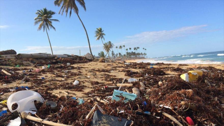 Una playa llena de basura de plástico en la República Dominicana.
