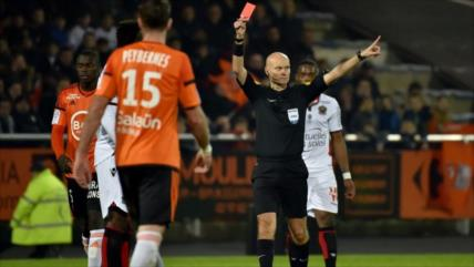 Vídeo: Guardameta agrede al árbitro por anular su gol