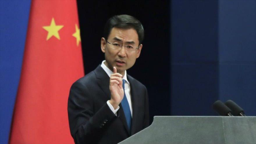 El portavoz del Ministerio de Exteriores de China, Geng Shuang, habla en una rueda de prensa en Pekín, la capital china.