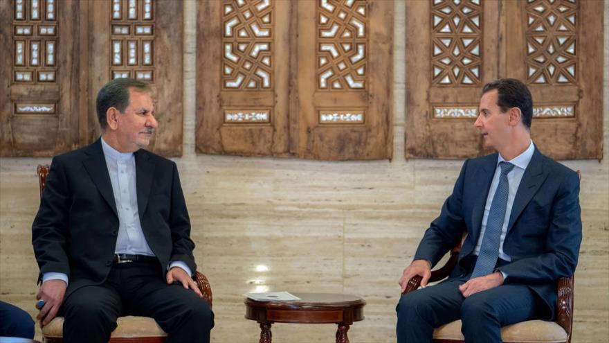 El presidente sirio, Bashar al-Asad (dcha.), reunido con el vicepresidente primero iraní, Eshaq Yahanguiri, en Damasco, 29 de enero de 2019. (Foto: SANA)