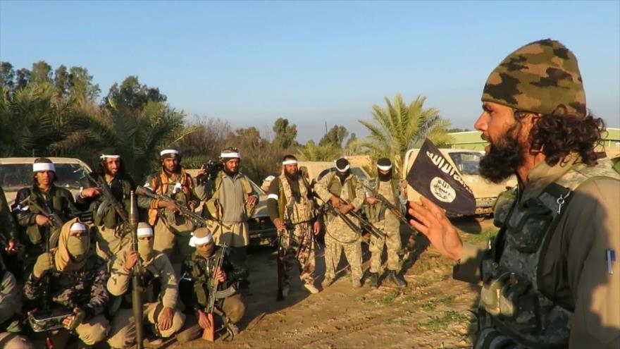 Integrantes del grupo terrorista EIIL (Daesh, en árabe) reunidos en una zona en Irak.