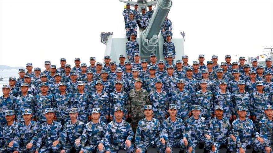 El presidente chino, Xi Jinping (C), junto a los soldados en una embarcación después de revisar la flota de la Armada china en el mar del Sur de China.