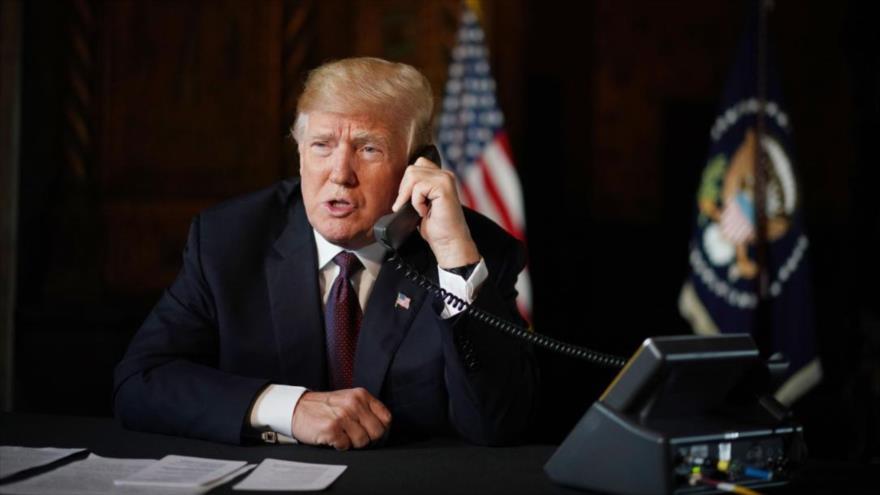 El presidente de EE.UU., Donald Trump, atiende una llamada telefónica en el Despacho Oval, Casa Blanca, 22 de noviembre de 2018.