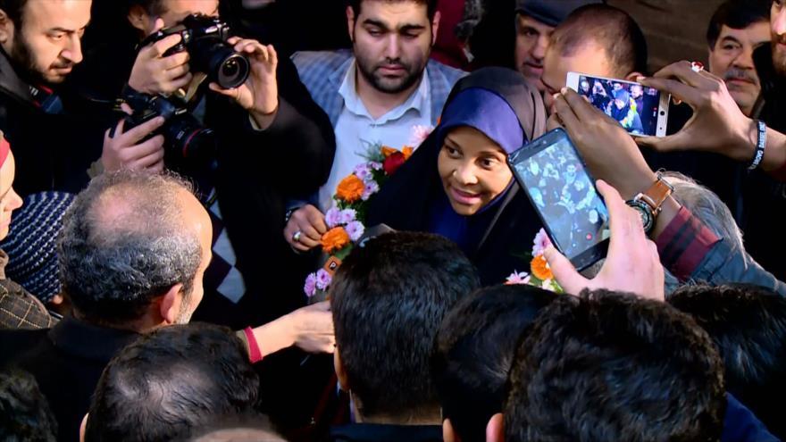 Hashemi es recibida por sus compañeros en la sede de Press TV