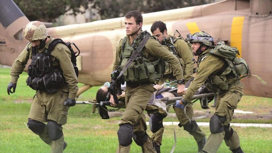 Soldados israelíes llevan a un colega herido en un ataque cerca de la frontera con Egipto a un hospital en Beer Sheva, fronterizo con El Líbano.