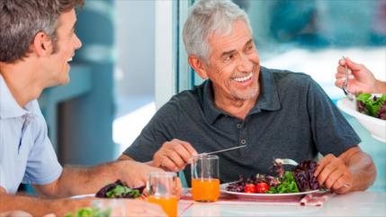 Estudio: comer de forma rápida aumenta riesgo de triglicéridos