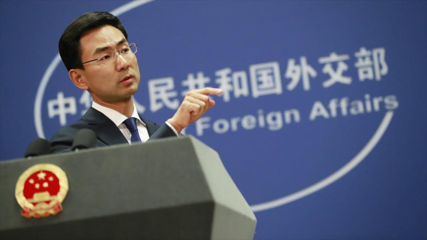 El portavoz del Ministerio de Exteriores de China, Geng Shuang, habla en una rueda de prensa en Pekín, capital china.