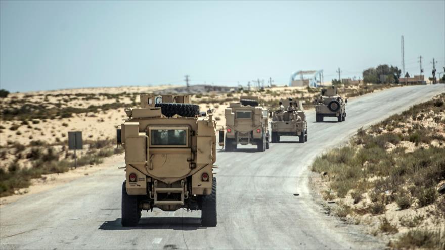 Policías egipcios conducen por una carretera que lleva a Al-Arish, capital provincial del Sinaí del Norte, 27 de julio de 2018. (Foto: AFP)