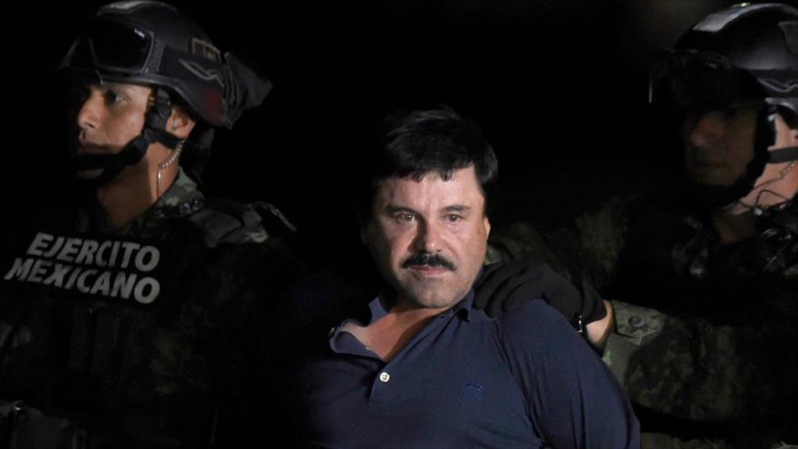 El capo mexicano Joaquín 'El Chapo' Guzmán Loera en el aeropuerto de la Ciudad de México, enero de 2016. (Foto: AFP)