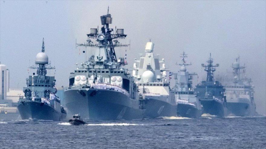 La fragata Almirante Gorshkov (centro) opera durante una maniobra de la Armada rusa.