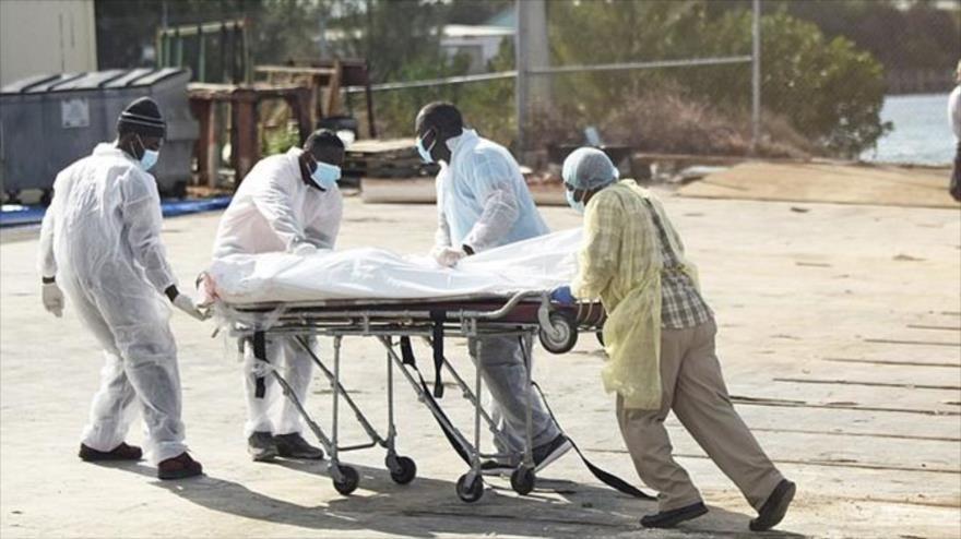 Los equipos de rescate llevan el cuerpo de un haitiano fallecido luego de que un barco naufragara al norte de Bahamas, 3 de febrero de 2019.