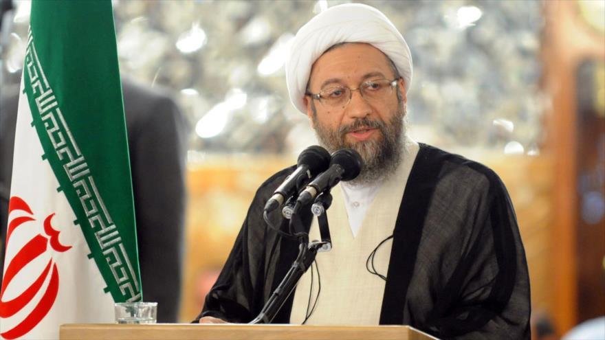 El jefe del Poder Judicial de Irán, el ayatolá Sadeq Amoli Lariyani, habla con la prensa.