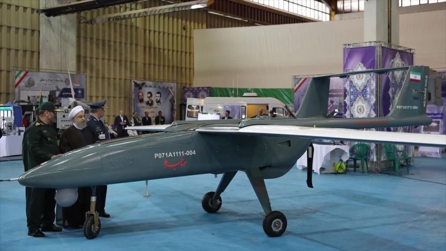El dron 'Mohayer 6', de fabricación iraní, se exhibe en una exposición de la industria de defensa en el país persa.