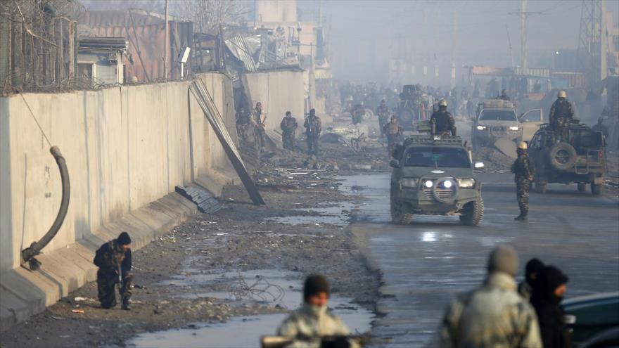 Fuerzas de seguridad afganas patrullan el sitio de un potente ataque con bomba en Kabul (capital), 15 de enero de 2019. (Foto: AFP)